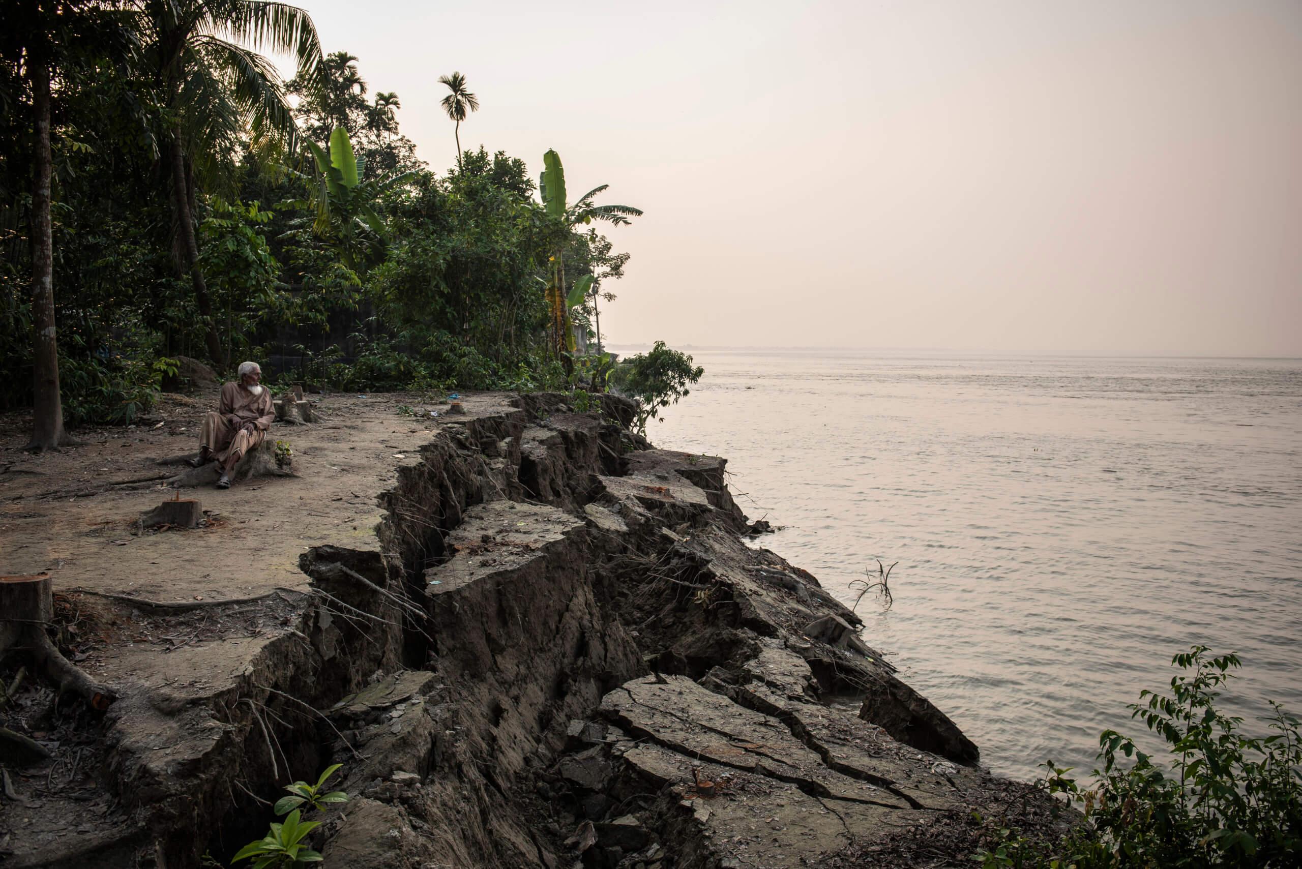 I Padmafloden som rinner förbi Naria har det tidigare legat flera byar som nu helt är försvunna i vattnet.