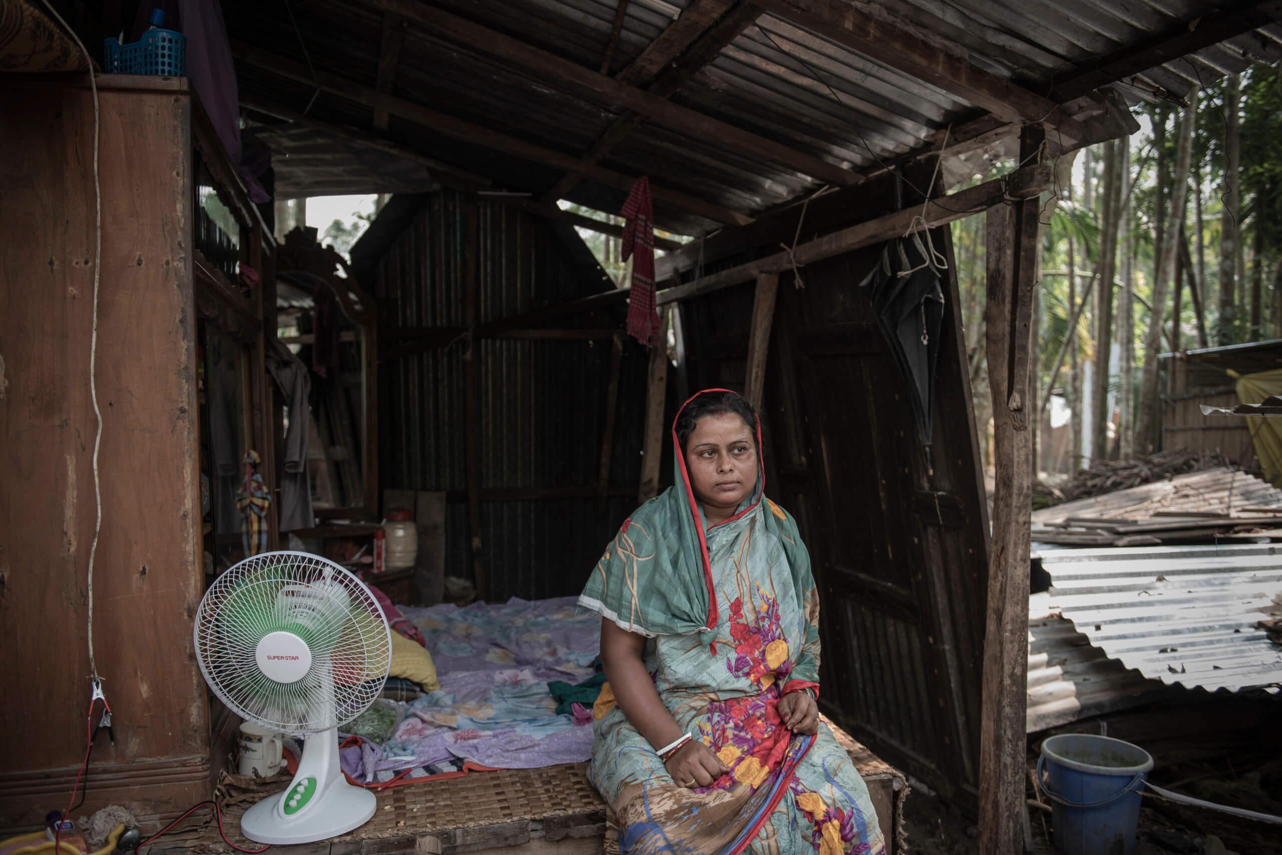 Chandana Sakhari i skjulet som är byggt av rester från sitt gamla hus. Här bor hon tillsammans med sin man.