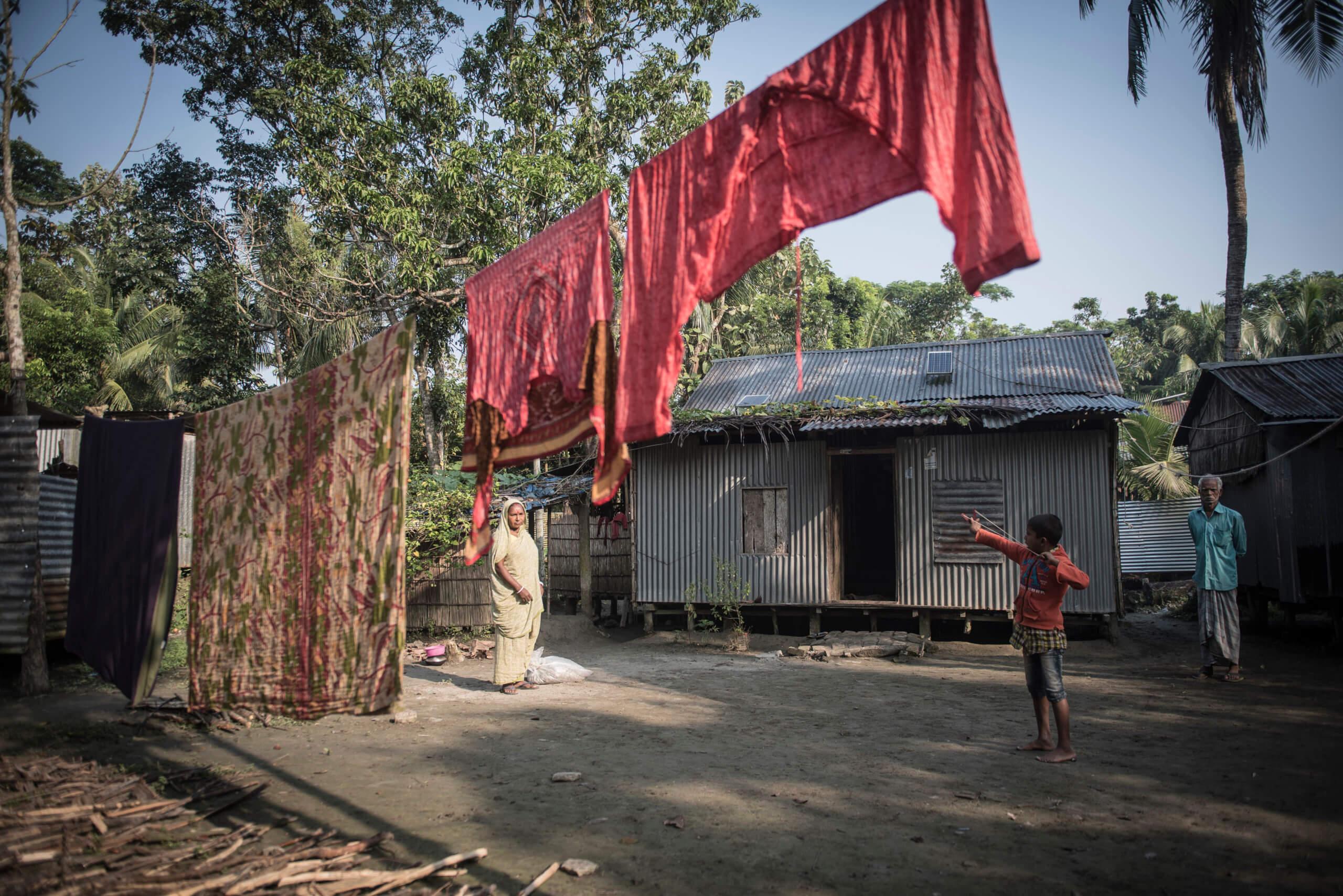 Dipu 8 år vid sitt hem i Naria. En plats som ett år senare låg under vatten.